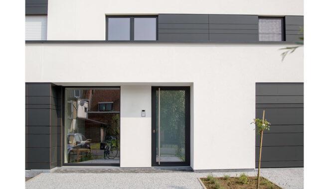 zwarte deur in wit huis