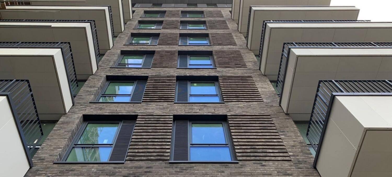Muurroosters op appartement