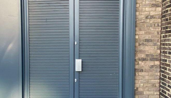 Muurroosters voor deur