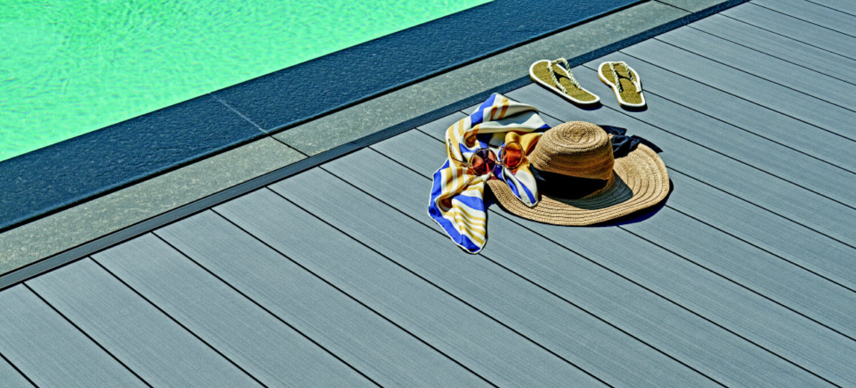 Terras bij het zwembad